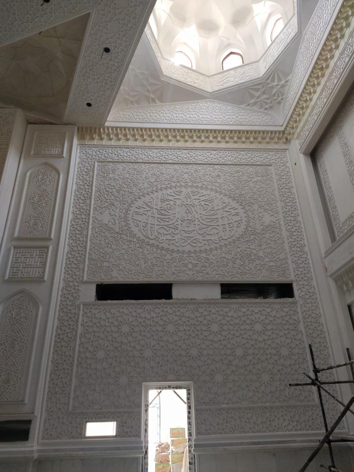 اجرای گچبری اسلیمی و گره در دیوار شبستان مسجد علوی